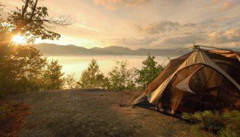 Doğanın kucağında kamp yaparken yeşile iyi davranın