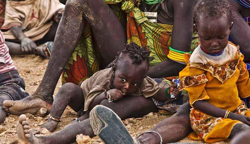 Turkana kadınları ve çocukları, Kakuma Mülteci Kampı yakınlarında yiyecek yardımı almak için bekliyorlar.