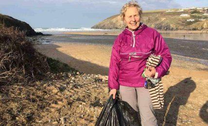 Action Nan: 52 sahili bir yıl içinde temizleyen 70 yaşındaki büyükanne