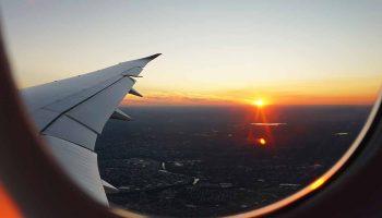 Kalkış ve inişlerde uçak yolcu pencereleri neden açık kalmalı?