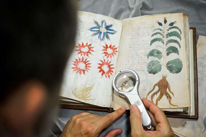 Çevrilemeyen 600 yıllık kitap gizemini koruyor